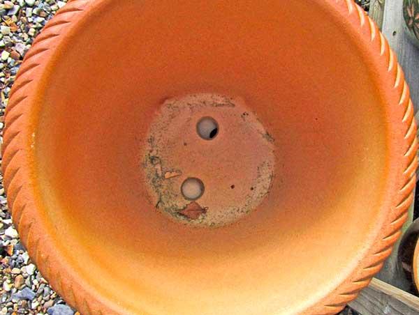 Отверстия в керамическом горшке